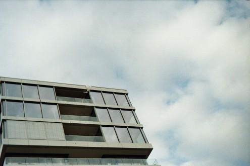 Haus vor Wolkenhimmel