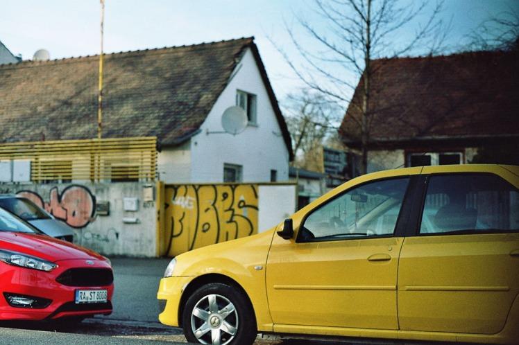 Gelbes Auto vor Graffiti