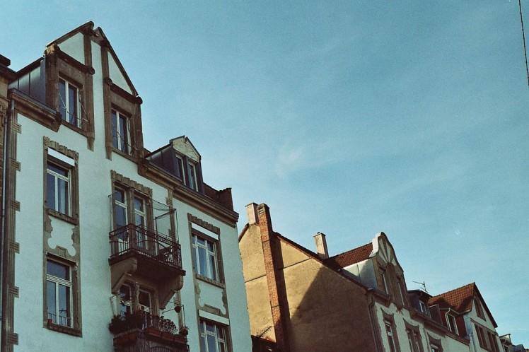 Häuser vor blauem Himmel