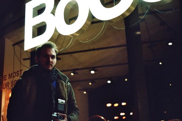 Portrait vor Neon Schild